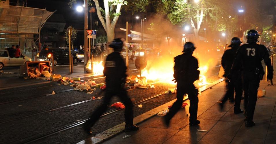 26.jun.2014 - Torcedores argelinos entram em confronto com polícia francesa em Marselha