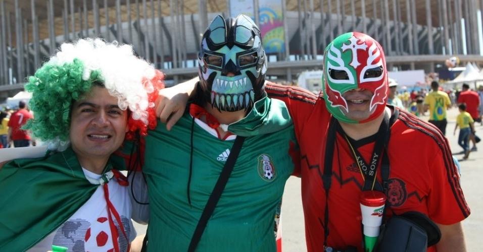 Torcedores de Gana capricham na fantasia para ver o jogo contra Portugal (26.jun.2014)