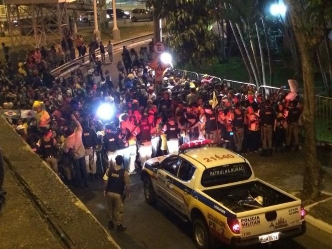26.jun.2014 - Torcida aguarda chegada da seleção a hotel em Belo Horizonte