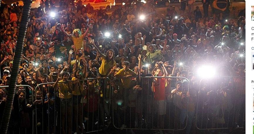 26.jun.2014 - Torcida faz festa na chegada da seleção brasileira a Belo Horizonte