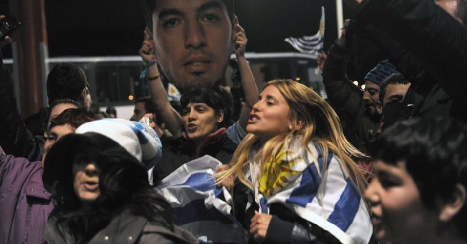 26.jun.2014 - Uruguaios lotam aeroporto e cantam em apoio ao atacante Luis Suárez em seu retorno ao país