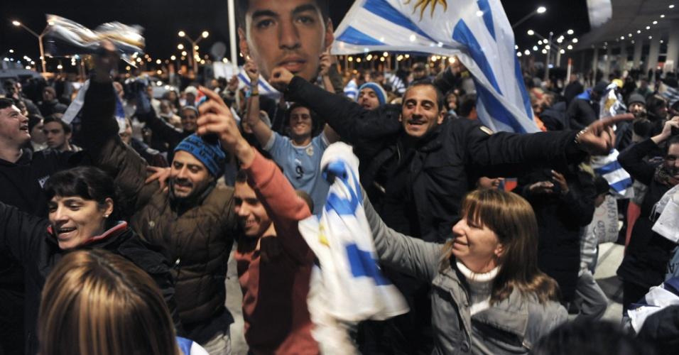 26.jun.2014 - Uruguaios preparam festa para recepção ao atacante Luis Suárez em aeroporto de Montevidéu