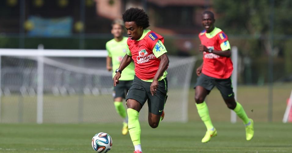 26.jun.2014 - Willian corre com a bola durante coletiva da seleção brasileira em treino na Granja Comary
