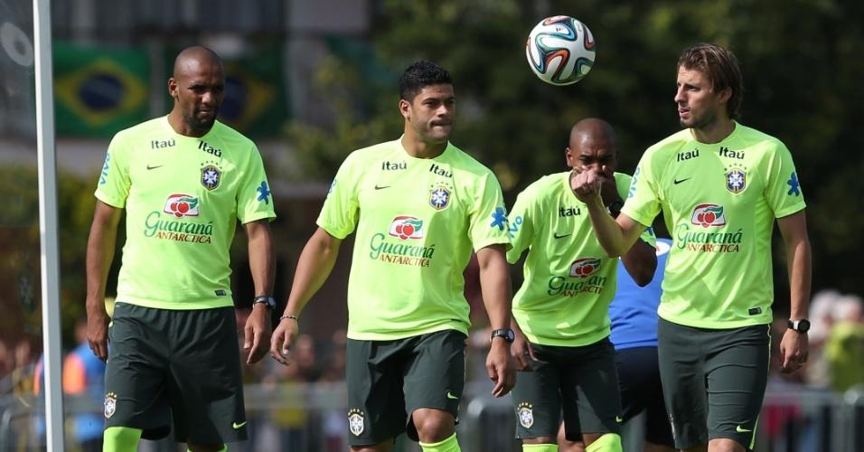 26.jun.2014 - Zagueiro Henrique (dir) brinca com a bola durante treino da seleção brasileira na Granja Comary