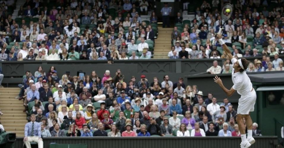 A torcida inglesa observa Roger Federer durante partida em Wimbledon