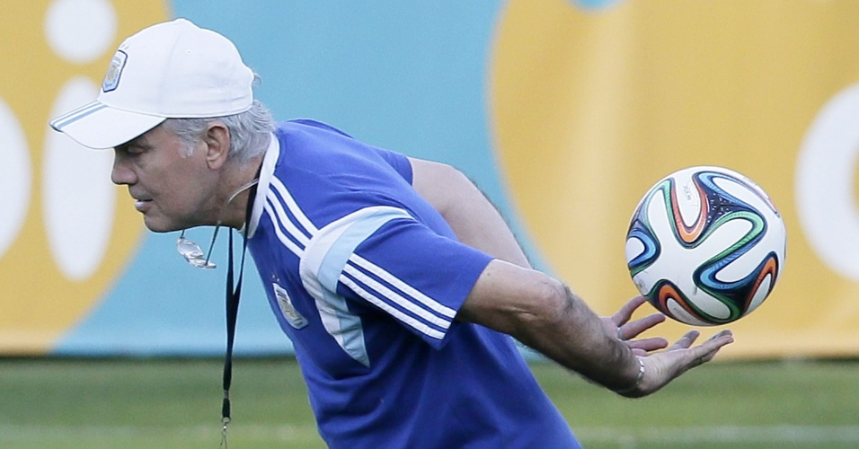 Alejandro Sabella, técnico da Argentina, brinca com a bola durante treinamento na Cidade do Galo