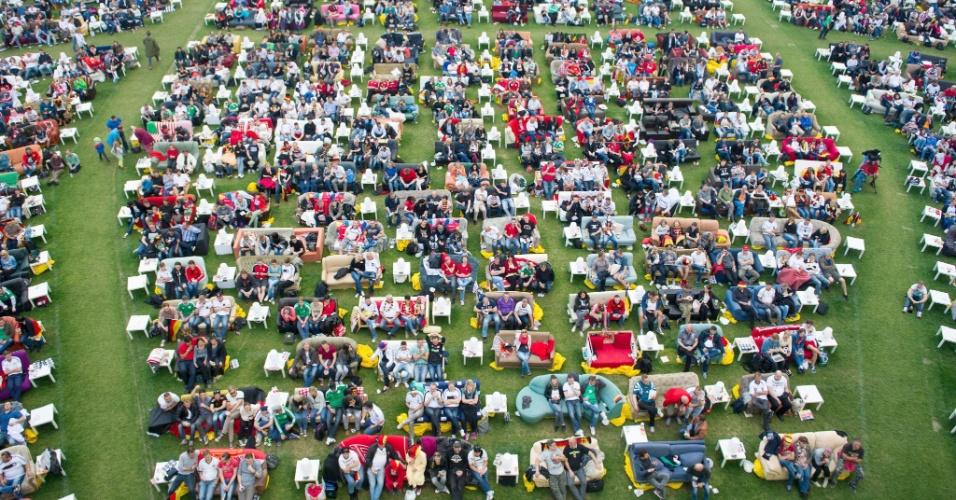 Alemães tiveram sofás à disposição no gramado do estádio do FC Union, em Berlim, para assistirem ao jogo contra os Estados Unidos
