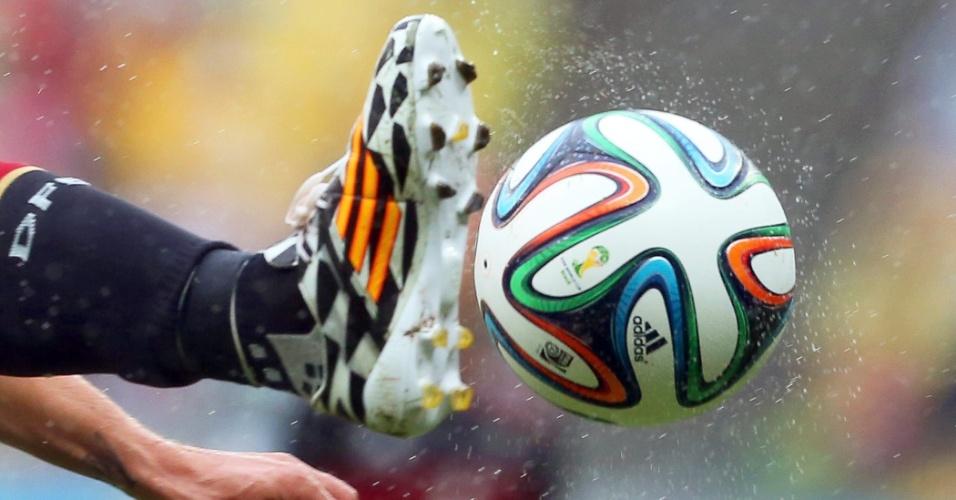 26.jun.2014 - Alemão Podolski tenta dominar a bola no encharcado gramado da Arena Pernambuco, contra os EUA