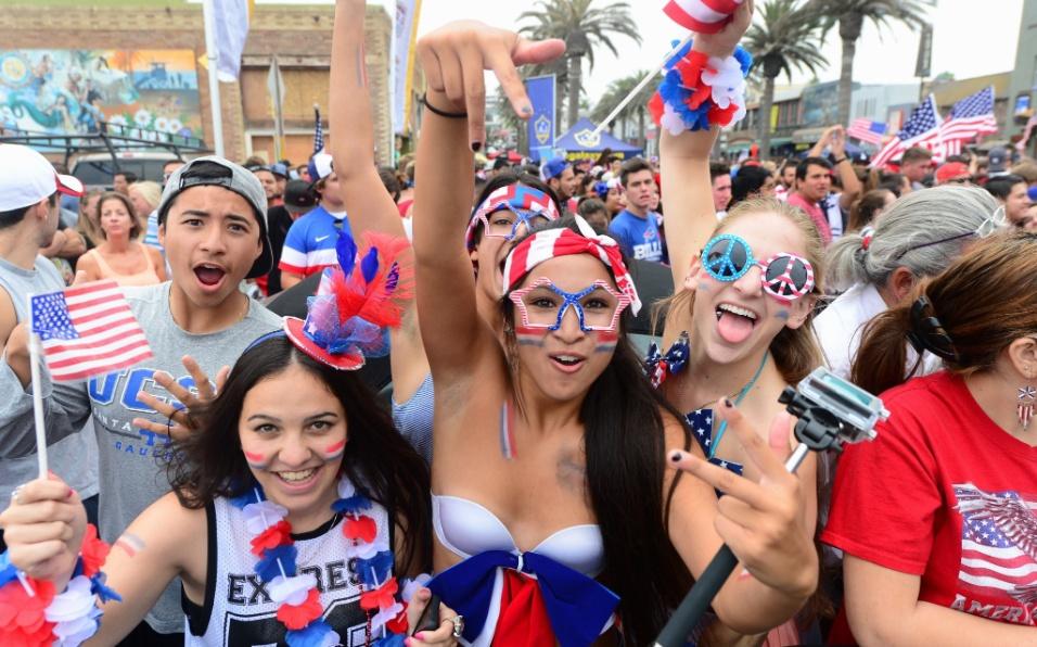 Americanos comemoram classificação dos Estados Unidos às oitavas de final em Hermosa Beach, na Califórnia