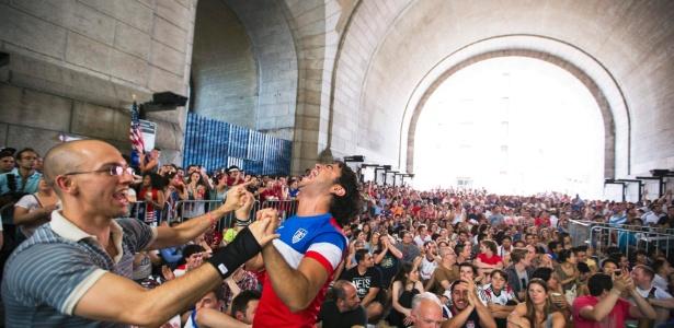 Americanos comemoram classificação na Copa do Mundo sob Ponte de Manhattan, em Nova York