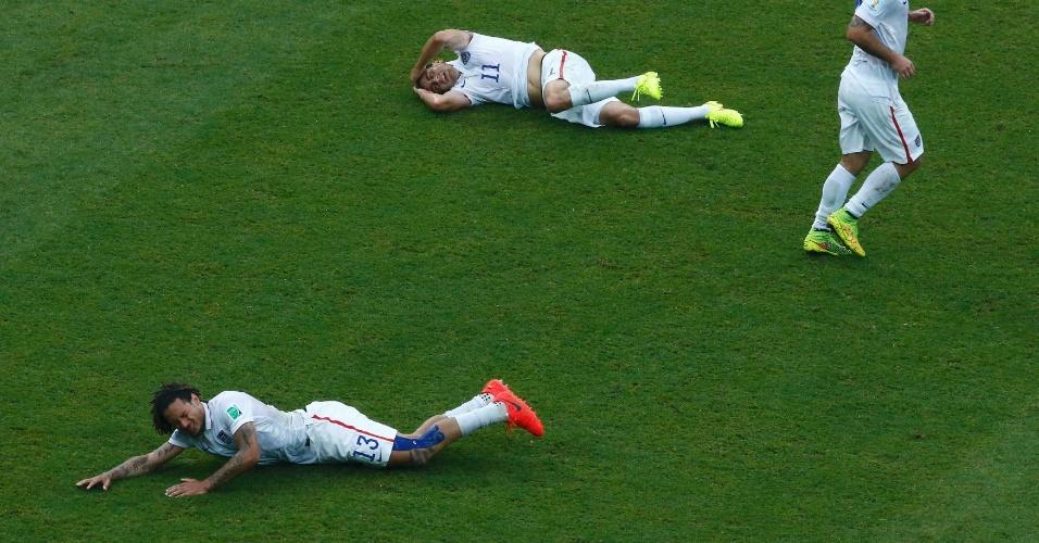 Americanos Jermaine Jones e Jermaine Jones ficam no chão após trombada em campo