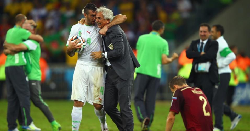 Argelinos comemoram a classificação para as oitavas da Copa, enquanto o russo Aleksei Kozlov cai de joelhos lamentando a eliminação na Arena da Baixada