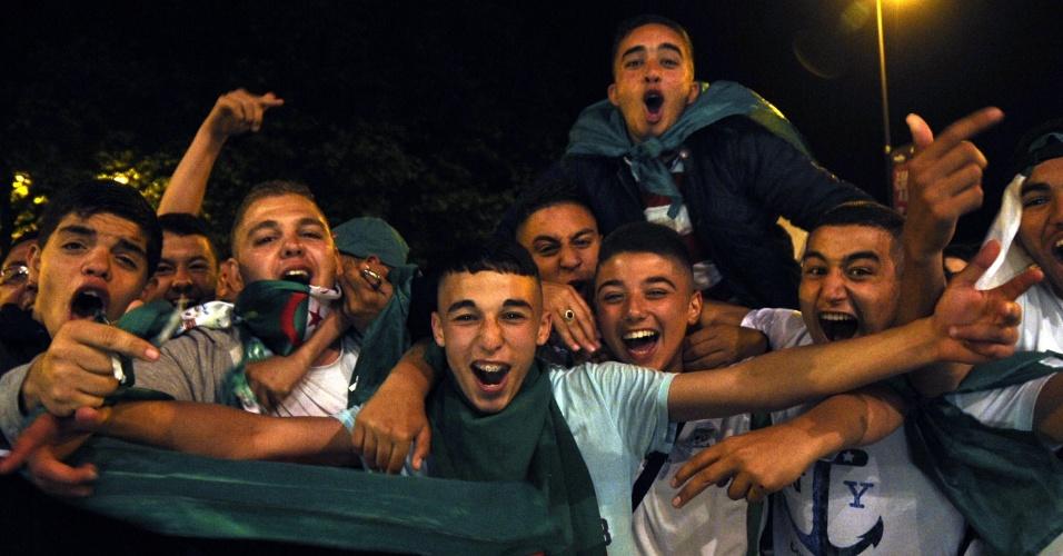 Argelinos festejam classificação para as oitavas de final da Copa do Mundo nas ruas da cidade francesa de Roubaix