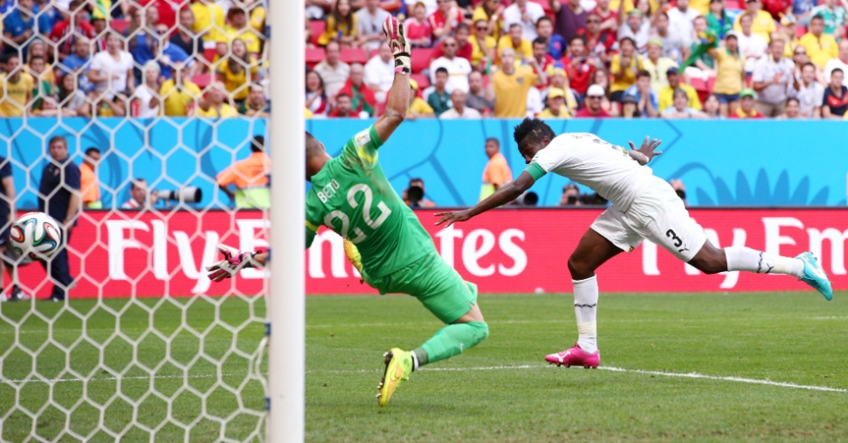 Asamoah Gyan, de Gana, cabeceia e marca o gol de empate contra Portugal, no segundo tempo, em Brasília