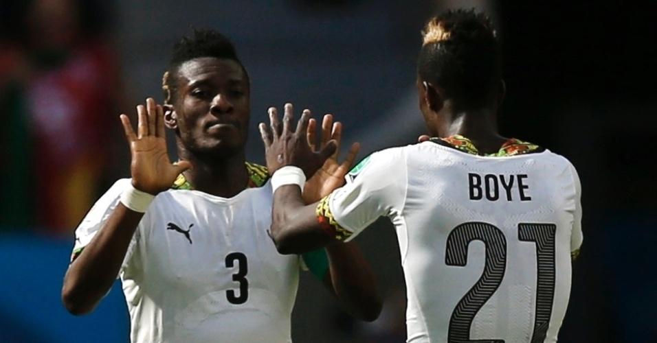 Asamoah Gyan, de Gana, comemora seu gol com Boye - que por sua vez fez contra a meta de sua seleção no primeiro temppo