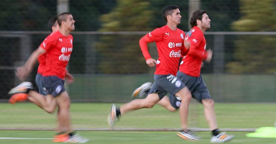 Atletas do Chile correm durante treinamento da seleção, na Toca da Raposa II. Time enfrenta o Brasil neste sábado, pelas oitavas de final