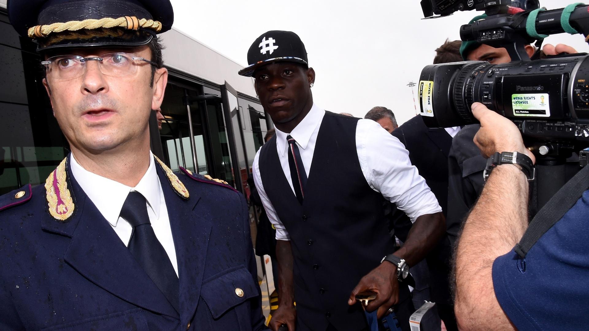 Balotelli chega ao aeroporto de Milão, na Itália, após a eliminação da Azurra ainda na fase de grupos da Copa do Mundo no Brasil