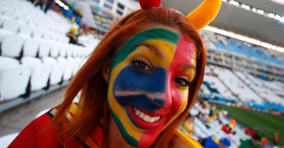 Bela torcedora pintou o rosto com as cores do Brasil e Bélgica