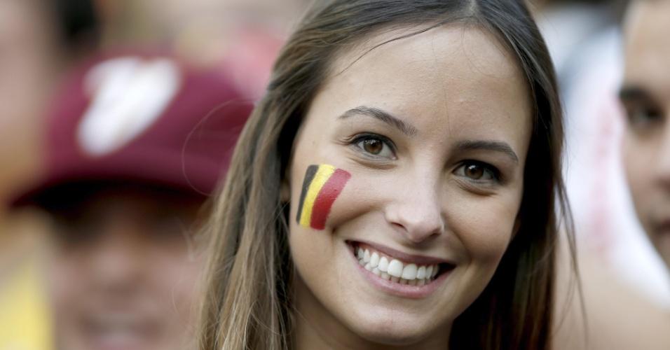 Bela torcedora sorri para foto antes da partida entre Bélgica e Coreia do Sul