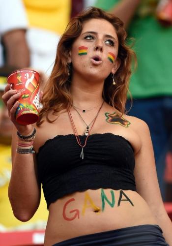 Bela torcedora usa a barriga para mostrar sua força para Gana, em Brasília