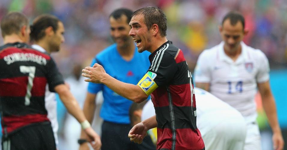 26.jun.2014 - Capitão Philipp Lahm conversa com seus companheiros de Alemanha no jogo contra os EUA, na Arena Pernambuco
