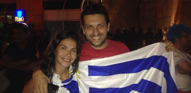 Casal com a bandeira do Uruguai em frente ao hotel onde a seleção está hospedada, no Rio