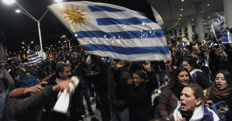 Centenas de torcedores uruguaios concentrados em frente ao aeroporto de Carrasco, na região de Montevidéu, aguardam pela chegada do atacante Luis Suárez. Suspenso por nove partidas pela Fifa, o jogador também não pode ficar concentrado com a seleção do Uruguai no Brasil