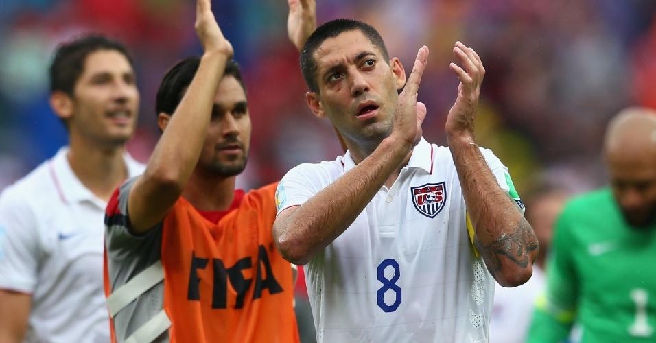26.jun.2014 - Clint Dempsey, dos EUA, agradece à torcida presente na Arena Pernambuco após a derrota por 1 a 0 para a Alemanha