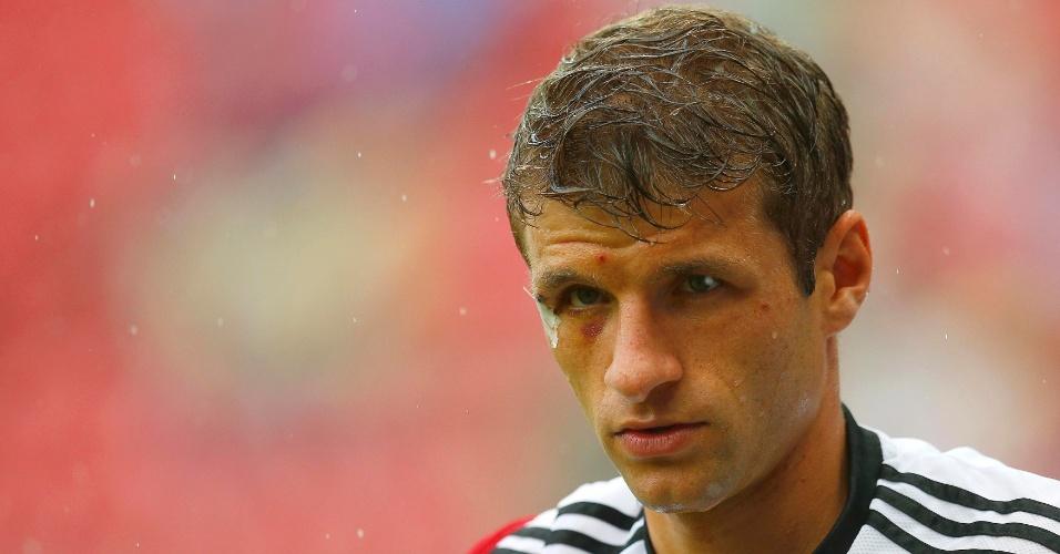 26.jun.2014 - Com curativo no rosto, Thomas Müller se aquece para o jogo contra os Estados Unidos