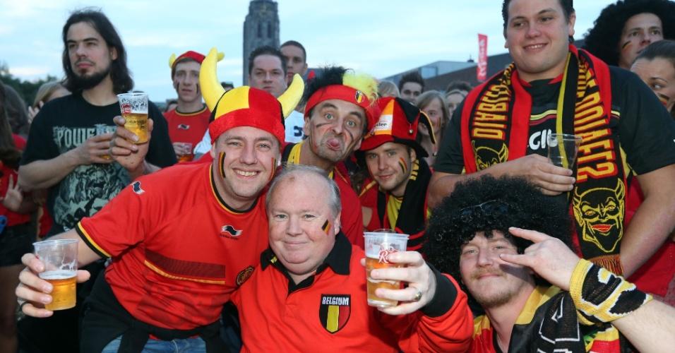 Com muita cerveja, torcedores belgas assistem partida contra a Coreia do Sul na pequena cidade de Oudenaarde, na Bélgica