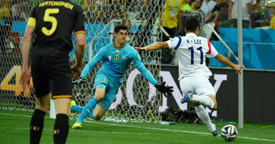 Courtois sai do gol para evitar chute de Lee Keun-Ho durante Bélgica e Coreia do Sul, no Itaquerão