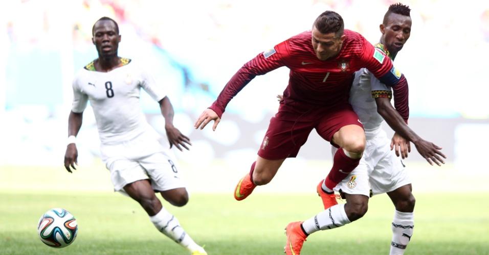 Cristiano Ronaldo é derrubado durante disputa de bola com a defesa ganense