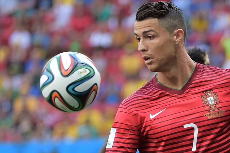 Cristiano Ronaldo observa a bola durante jogada do confronto contra Gana, decisivo para Portugal