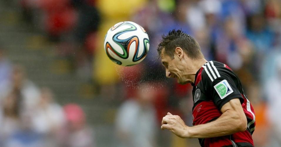 26.jun.2014 - De cabeça, Klose teve a oportunidade de marcar seu 16º gol em Copas, mas desperdiçou a chance contra os EUA