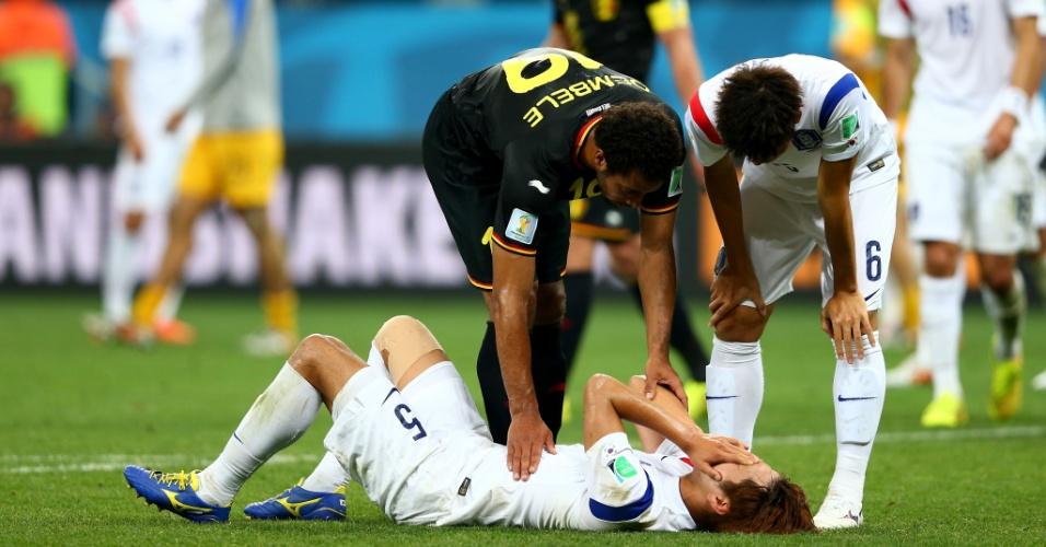 Dembele consola jogador sul-coreano após vitória da Bélgica sobre a Coreia no Itaquerão
