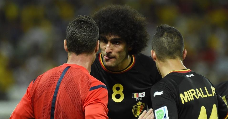 Fellain e Mirallas conversam com o árbitro após o meia Defour ser expulso em partida entre Bélgica e Coreia do Sul