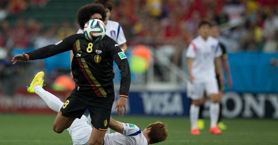 Fellaini cai após sofrer falta de jogador da Coreia do Sul