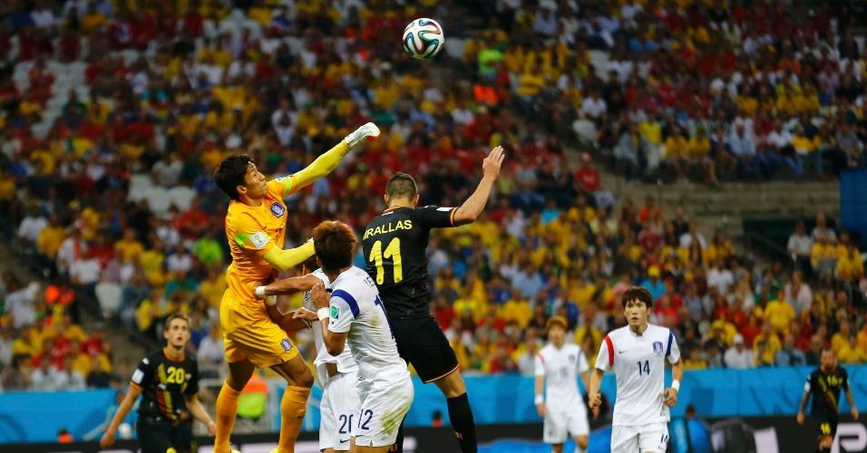 Goleiro da Coreia Sul, Seung-gyu, soca a bola afasta perigo da área