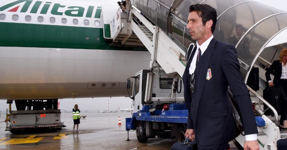 Goleiro Buffon chega ao aeroporto de Milão, na Itália, após a eliminação da Azurra ainda na fase de grupos da Copa do Mundo no Brasil