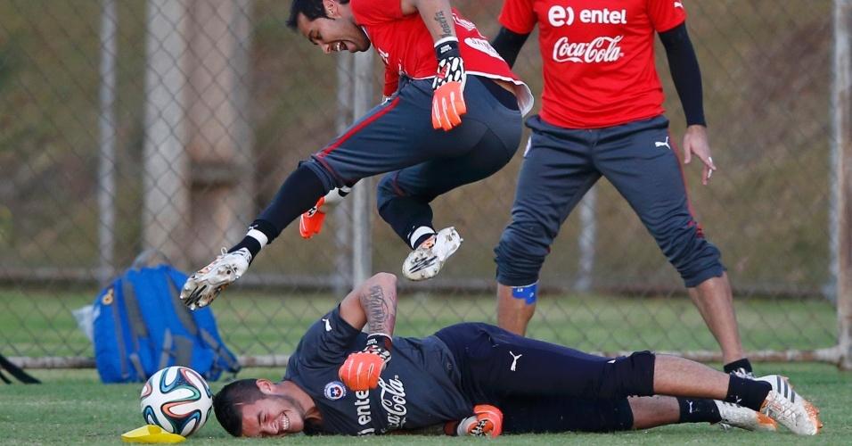 Goleiro do Chile, Bravo, mostra descontração junto aos companheiros do Chile, no treinamento da equipe desta quinta-feira