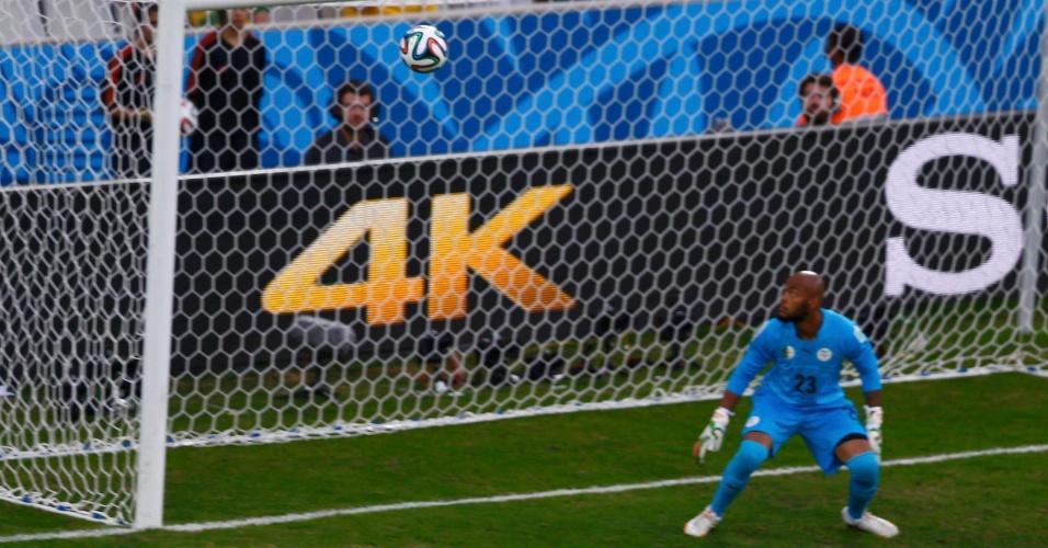 Goleiro M'Bolhi, da Argélia, apenas observa o primeiro gol da Rússia, na Arena da Baixada