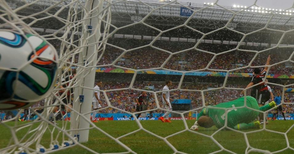 26.jun.2014 - Goleiro Tim Howard,dos EUA, não impede o gol da Alemanha. Os europeus venceram por 1 a 0 e avançaram em primeiro do grupo