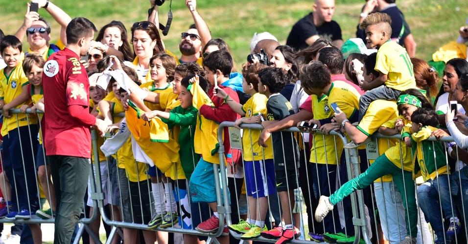 Goleiro Victor dá atenção aos pequenos torcedores que prestigiaram o treino da seleção brasileira nesta quinta-feira