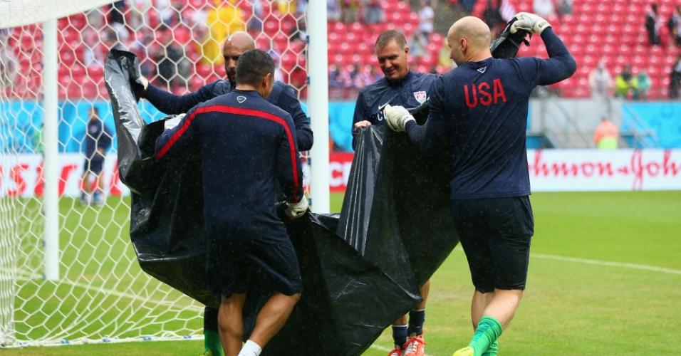 26.jun.2014 - Goleiros dos Estados Unidos tiram água do gramado da Arena Pernambuco