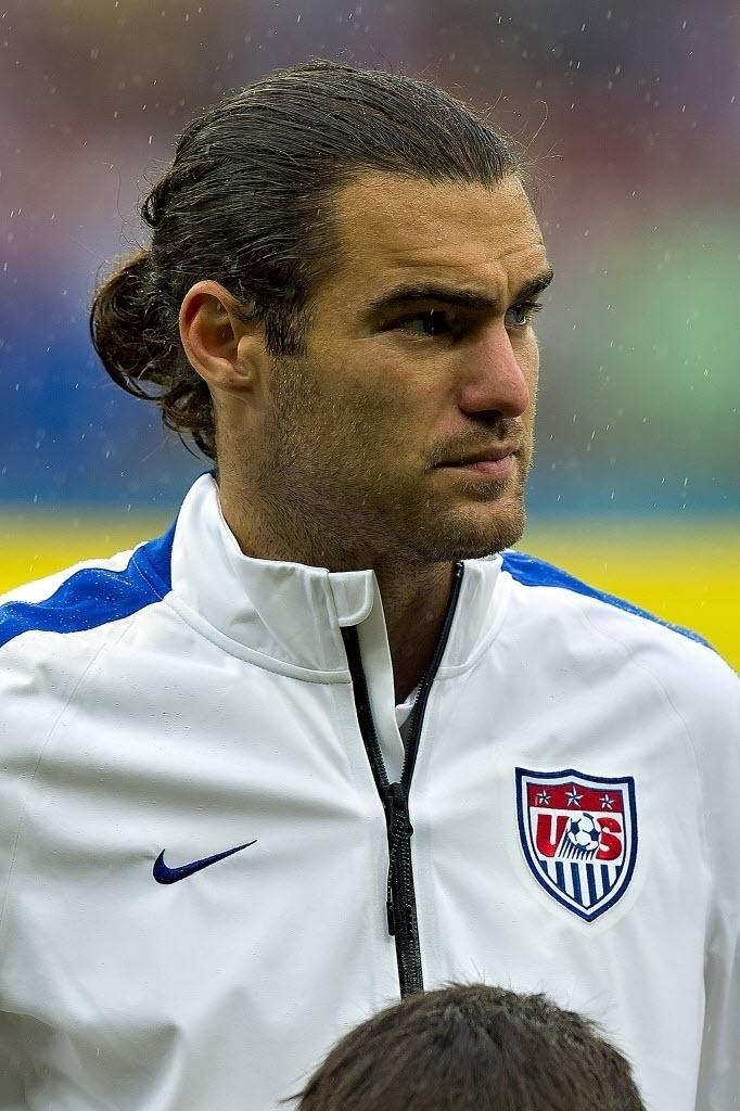 Graham Zusi, dos EUA, em campo durante jogo contra a Alemanha