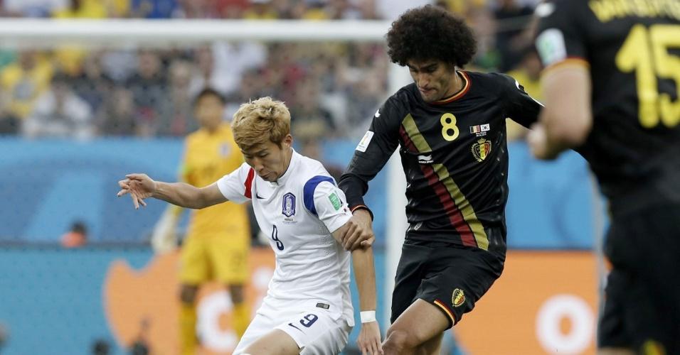 Grandalhão Fellaini disputa bola com Heugmin durante partida entre Bélgica e Coreia do Sul