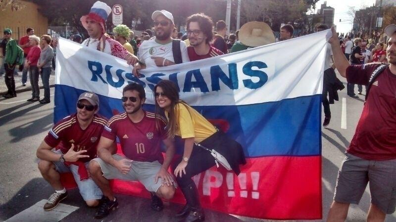 Grupo de torcedores russos chega à Arena da Baixada e posa para foto com
