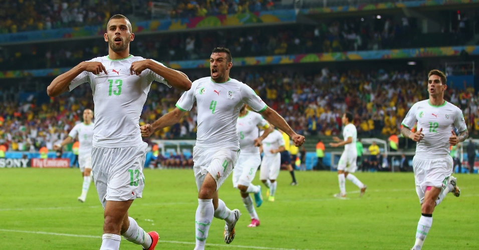 Islam Slimani, da Argélia, comemora o empate de sua seleção contra a Rússia, na Arena da Baixada