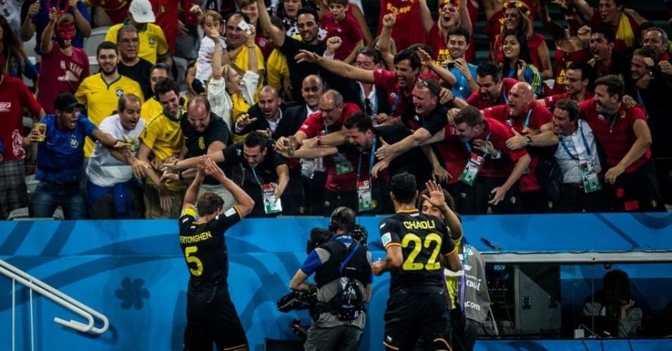 Jan Vertonghen comemora com a torcida após marcar o gol da Bélgica contra a Coreia do Sul
