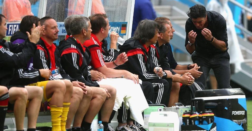 Joachim Löw, técnico da Alemanha, mostra irritação no primeiro tempo da partida contra os EUA, na Arena Pernambuco